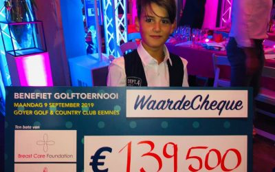 Justin neemt cheque in ontvangst De Goyer Golf & Country Club te Eemnes