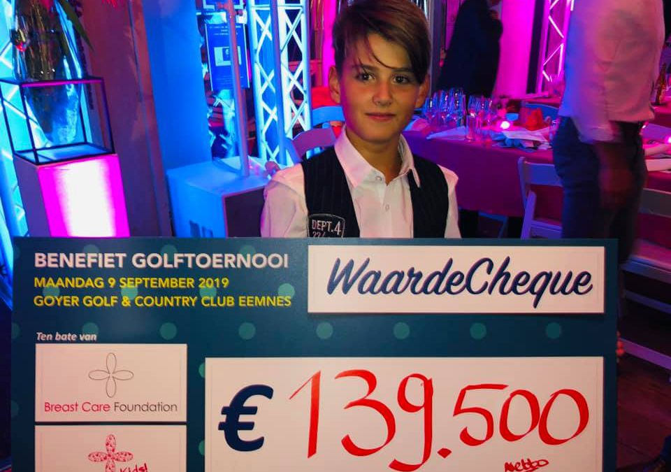 Justin neemt cheque in ontvangst De Goyer Golf & Country Club te Eemnes